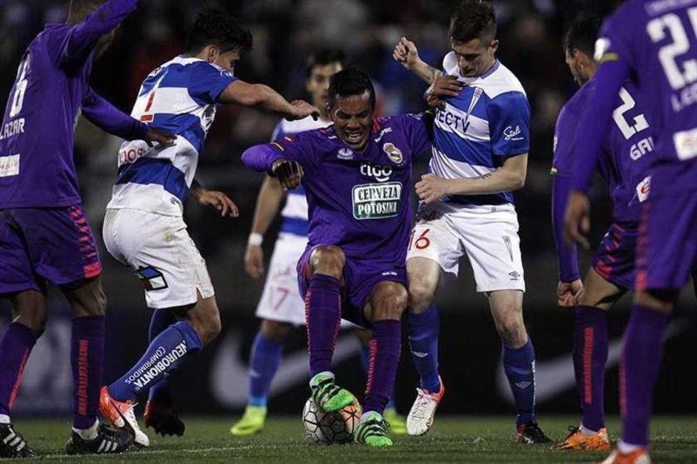 Herman Soliz pisa el balón ante la marca de varios rivales.