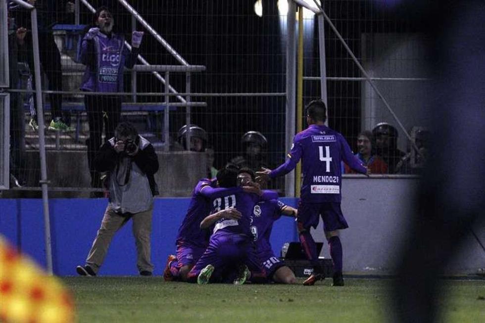 Los jugadores de la escuadra realista festejan tras el gol convertido.
