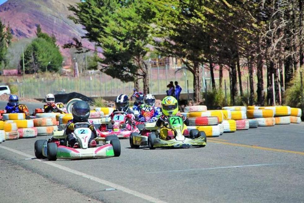 Los pilotos en plena competencia.