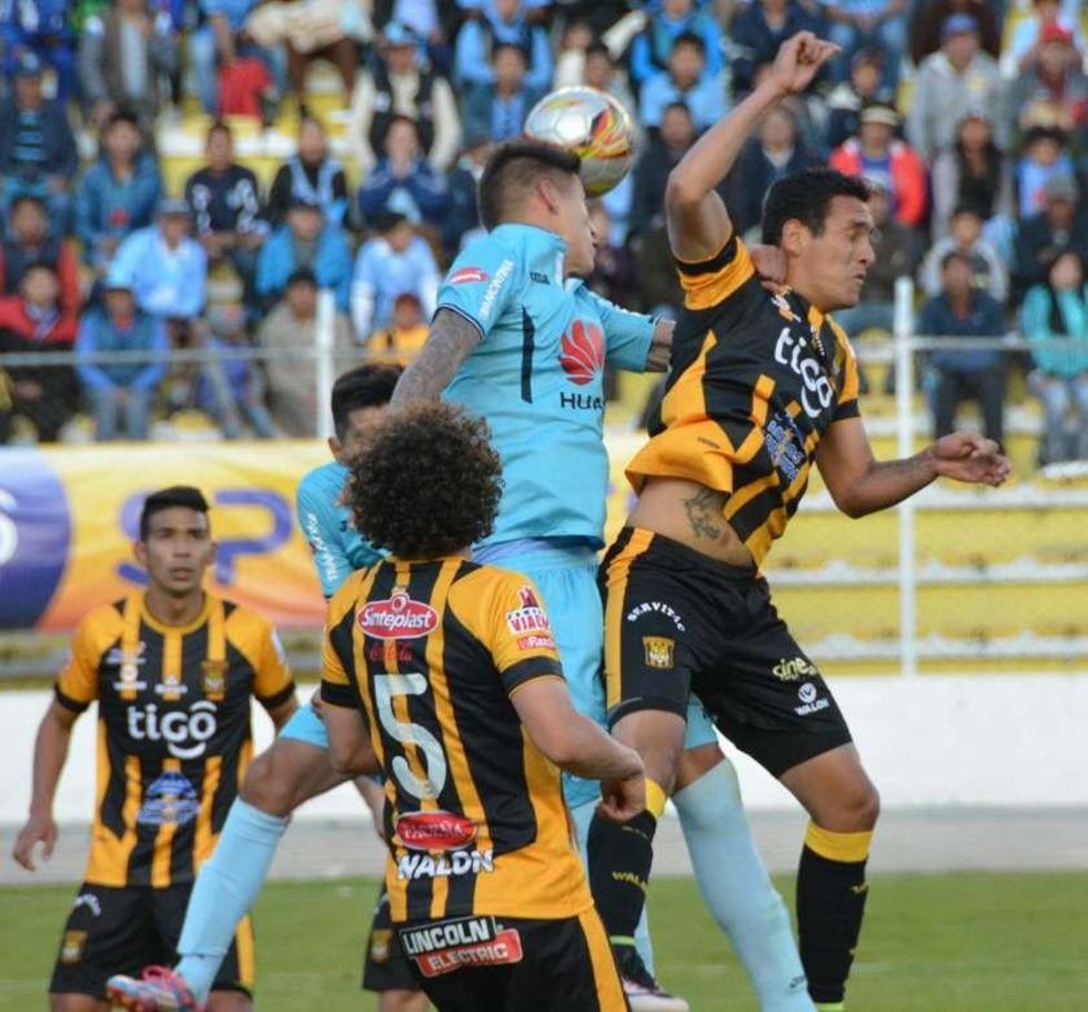 Nelson Cabrera despeja un ataque de los aurinegros.