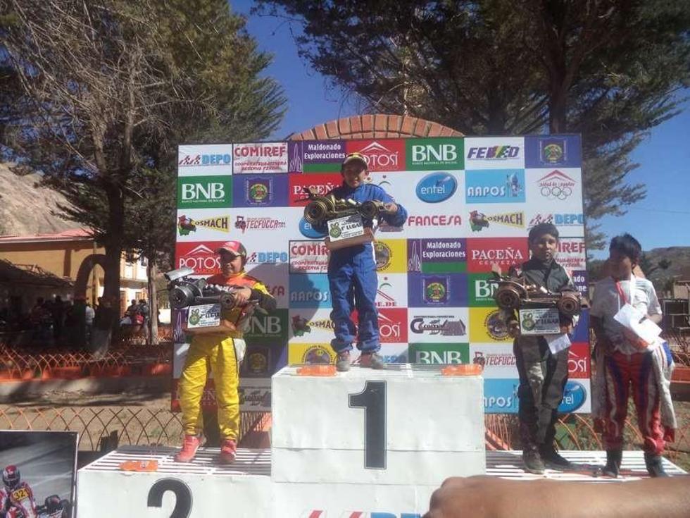 Raúl Sandoval, Mauricio Sandoval y Daniel Orosco en el podio de ganadores.