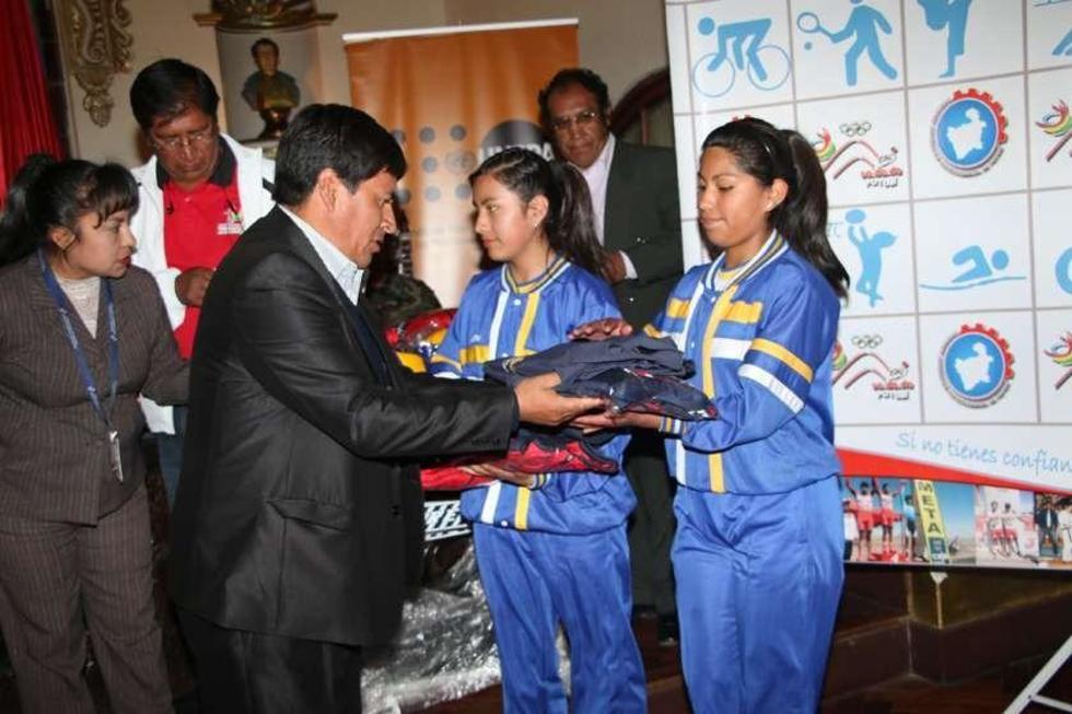 El gobernador , Juan Carlos Cejas, entrega el material a las estudiantes del Santa Rosa.