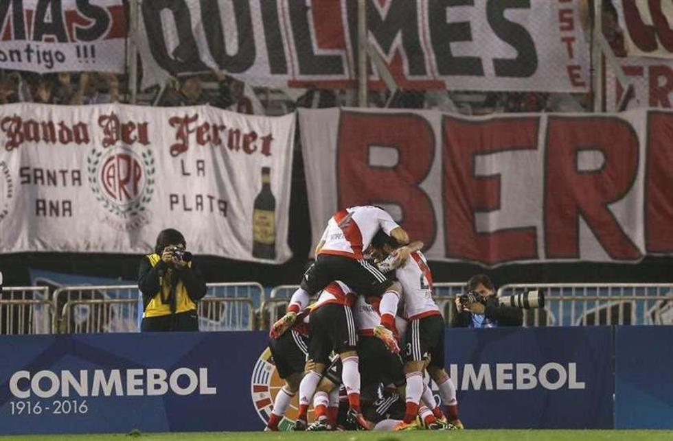 Sebastián Driussi celebra su gol con sus compañeros.