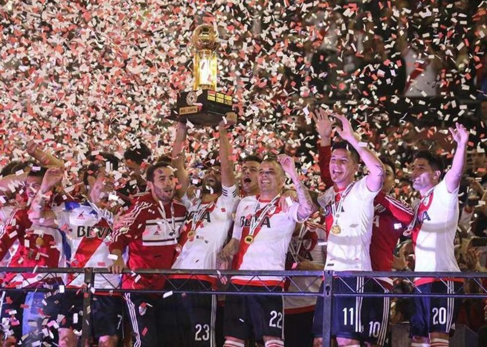 Los jugadores argentinos festejan su quinta corona internacional.