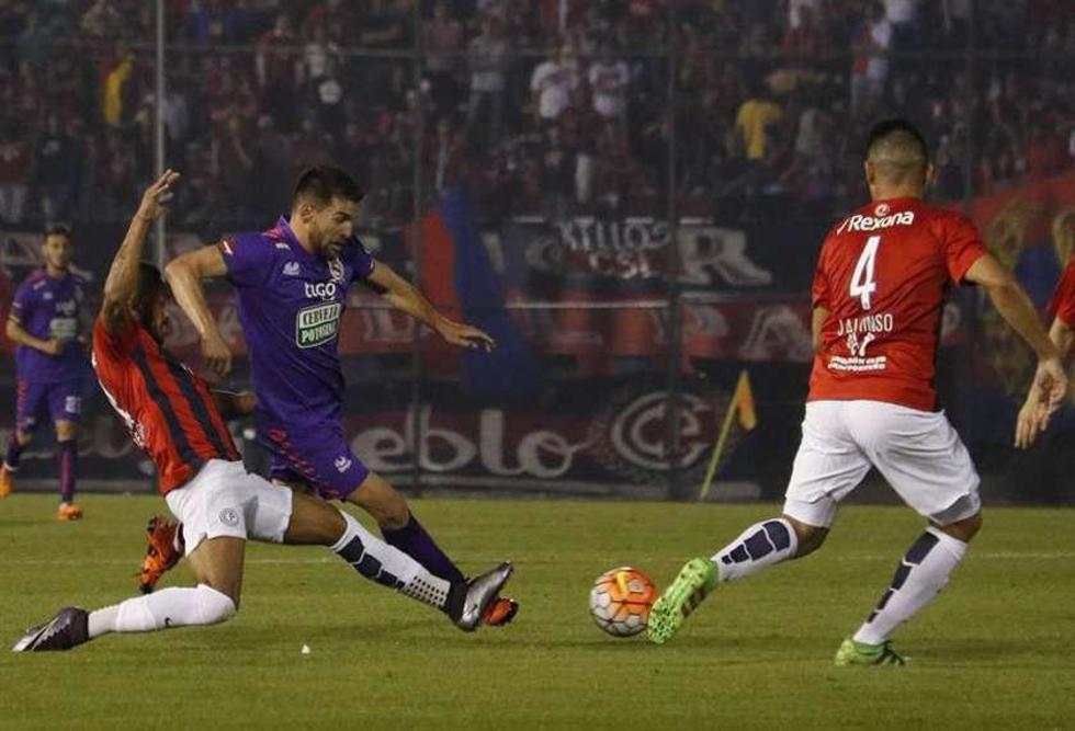 Álvaro Pereira (i) y Junior Alonso (d) disputan un balón con Antonio Rojano (c) Real Potosí.