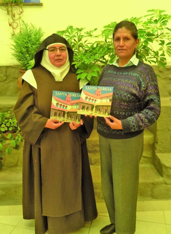 La hermana Cristina y Amparo Miranda muestran el material.