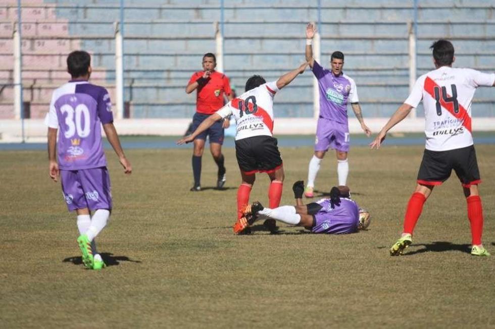 Darein Peña (espalda) trata de recuperar el balón.