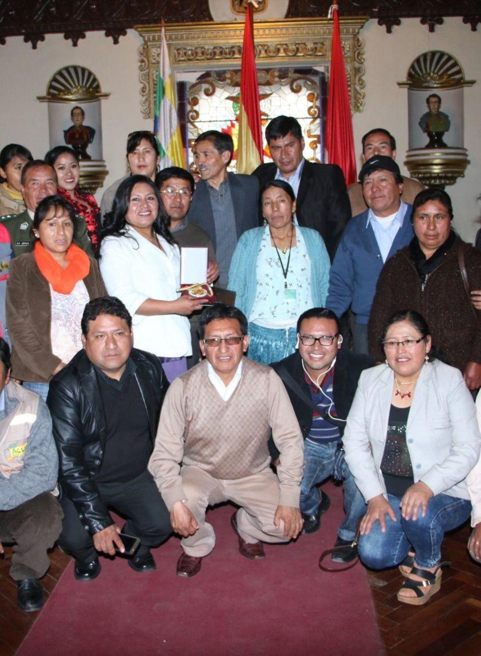 El personal de la institución junto al gobernador.