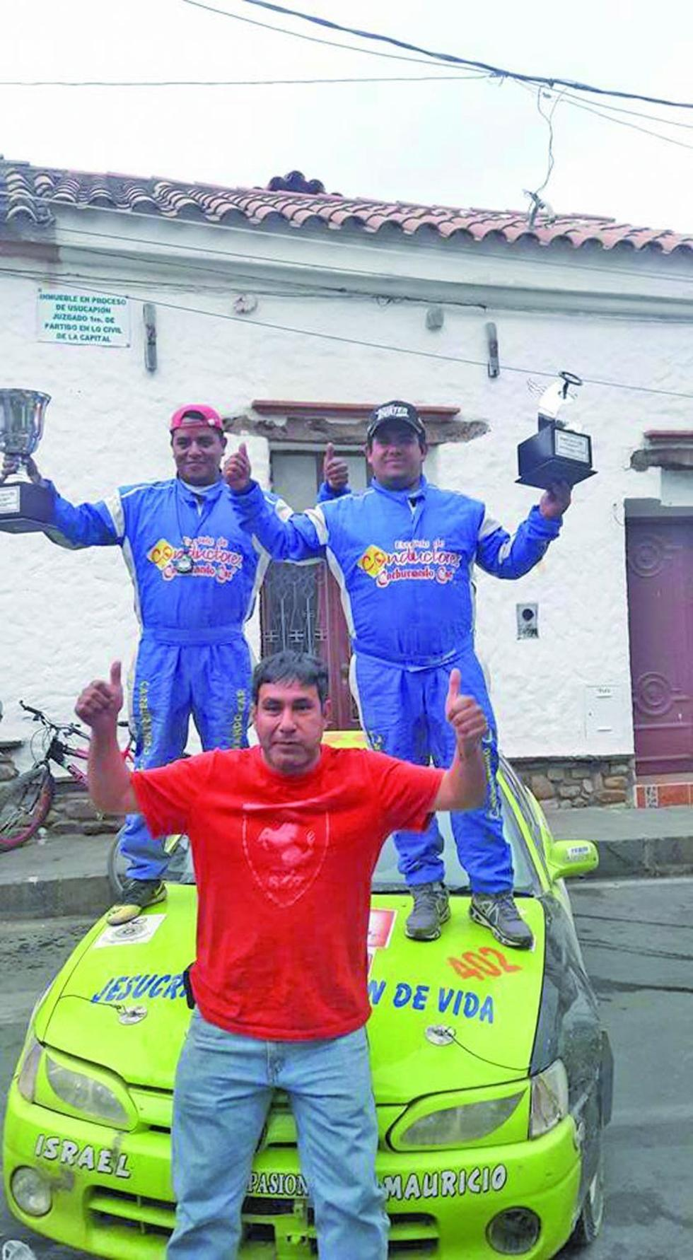 El corredor Israel Sandoval festeja el triunfo con sus compañeros.