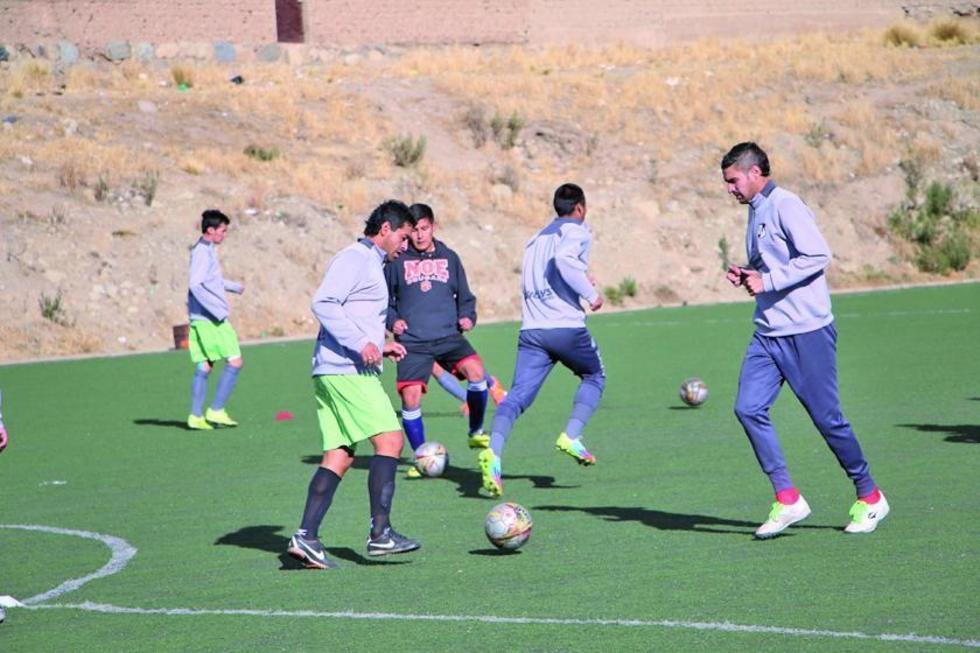 Darwin Peña y Martín Palavicini tocan el balón durante una práctica anterior.