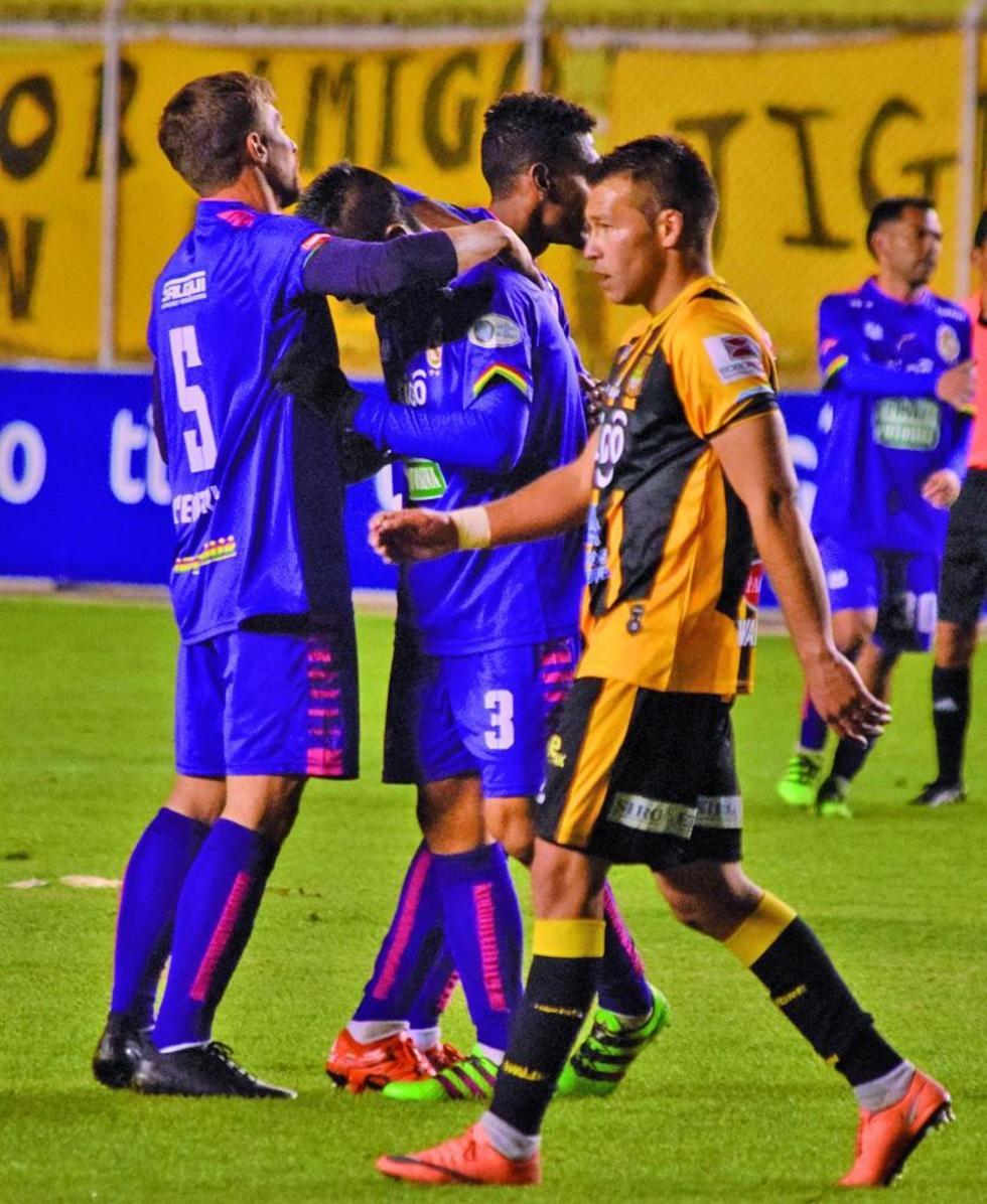 Claudio Centurión y Herman Soliz se abrazan tras el empate.