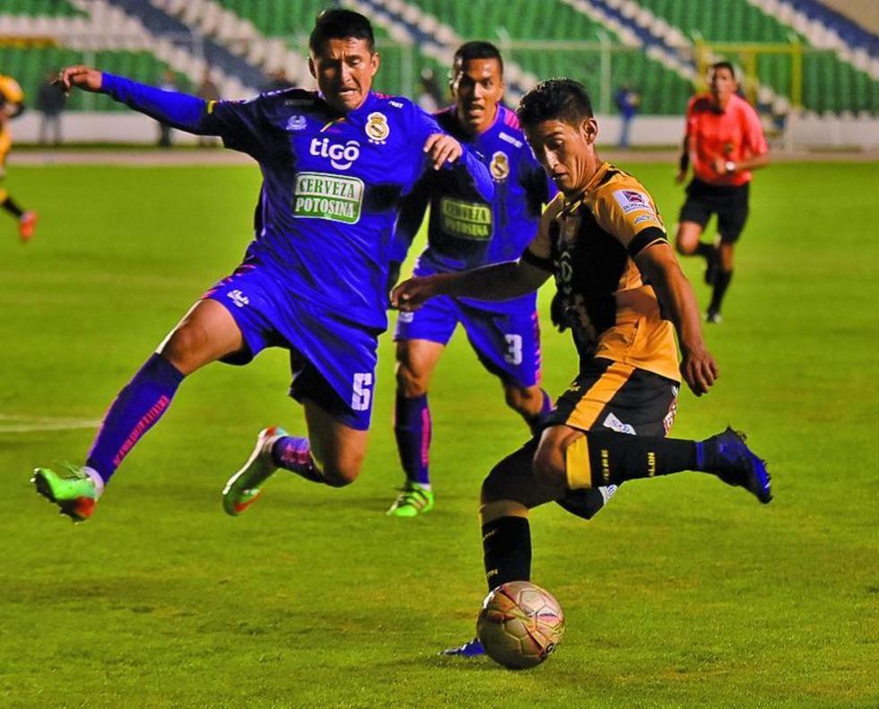 Limbert Méndez trata de quedarse con  el balón ante una arremetida del Tigre.