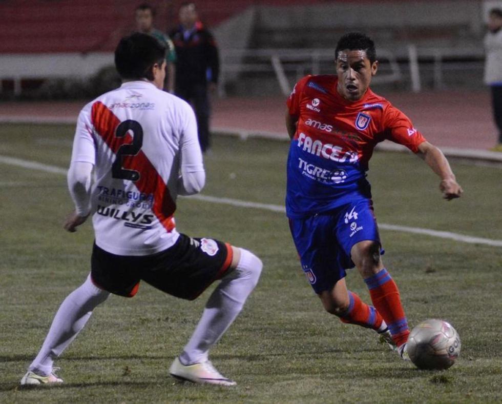 Gerson Gárcia elude la marca del zaguero de la banda roja.