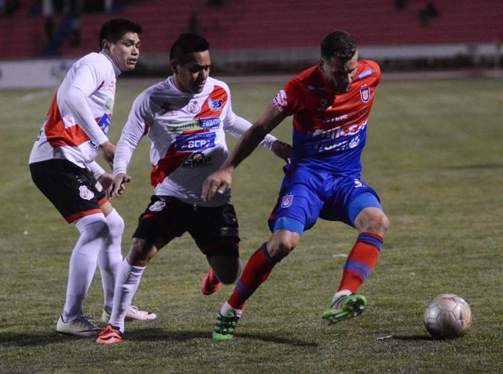 Luis Torrico e Isaías Dury tratan de detener a su rival.