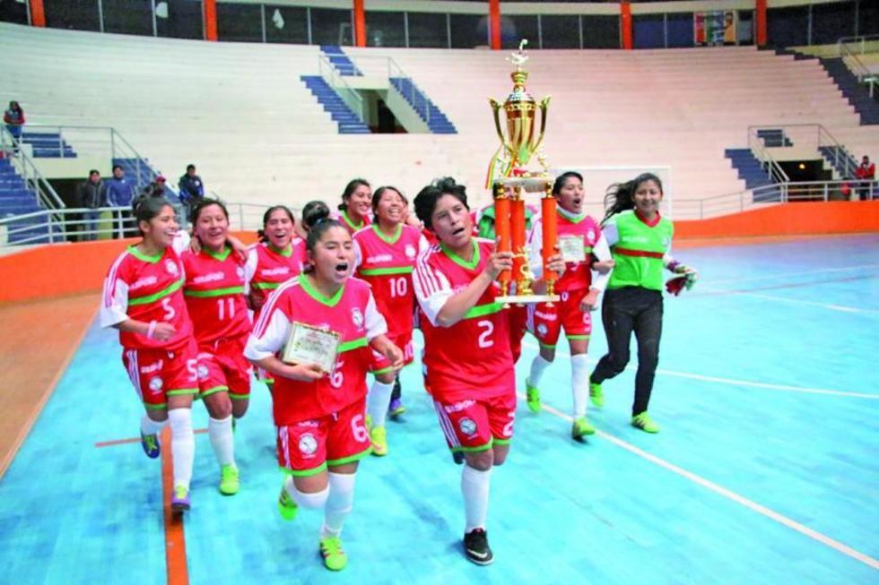 La selección paceña celebra el título de campeona.