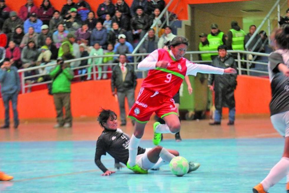 Carla Ticona, de La Paz, gana el control del balón.