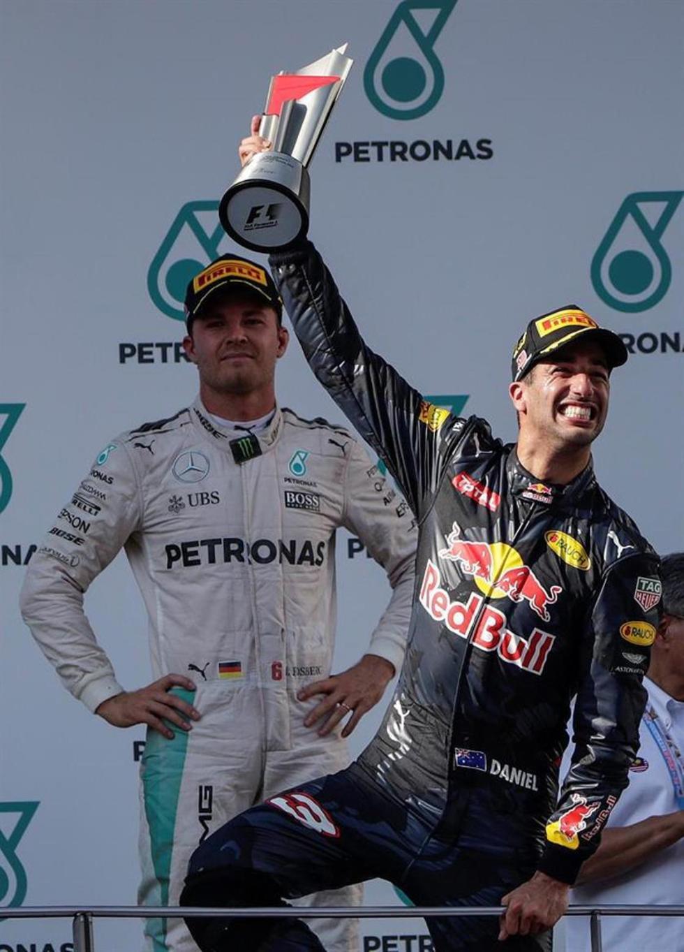 El australiano con el trofeo de campeón.