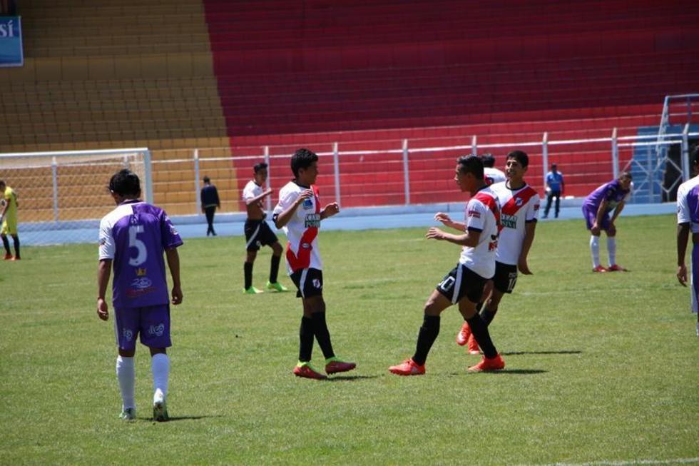 Miguel Romay celebra su gol para la banda roja.