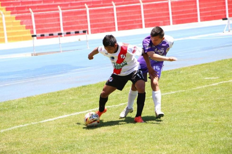 Aldring Zarate, de Nacional, protege el balón de la marca de Aldair Berrios, de Real.