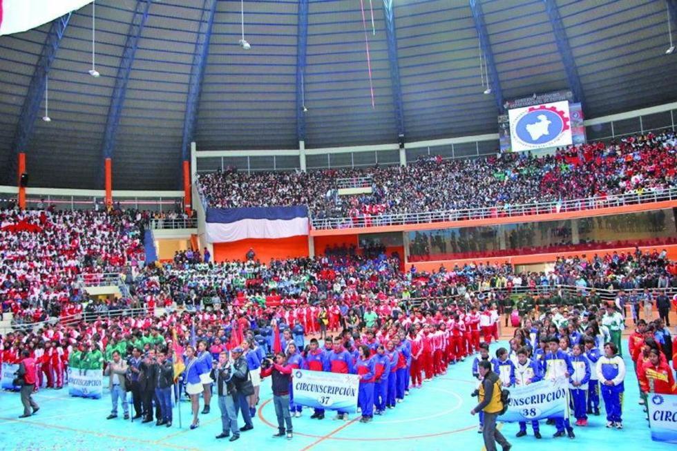 Los estudiantes de las  siete circunscripciones en la inauguración.