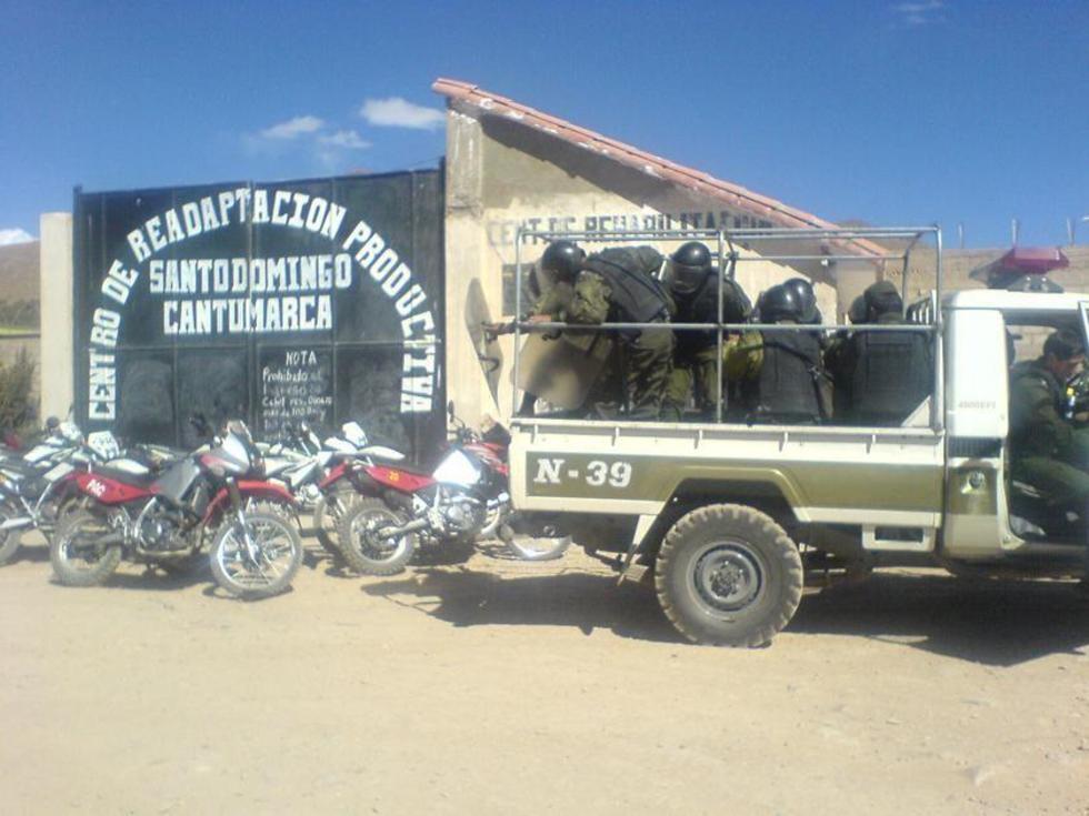 Policía controla motín de presos en la cárcel de Cantumarca