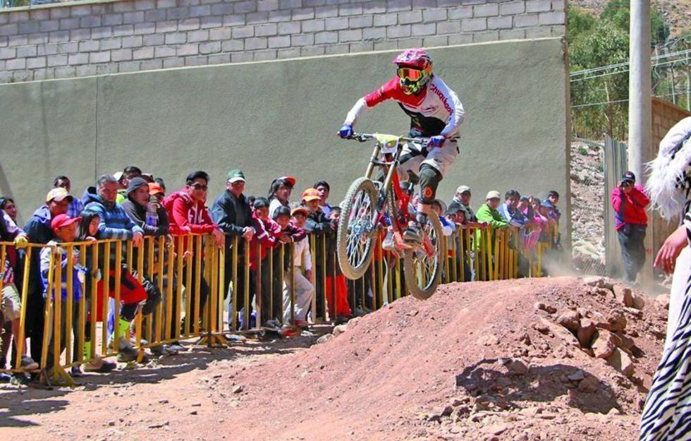 El público aprecia la pericia de uno de los ciclistas.