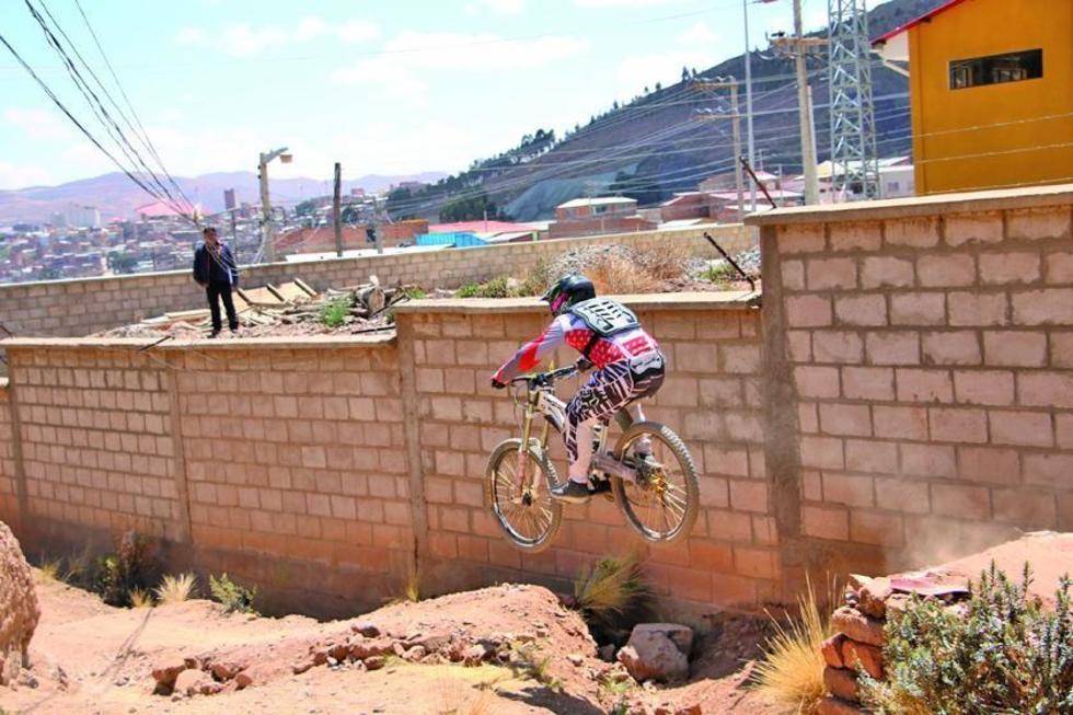 El pedalista pasa sin problema la rampla.