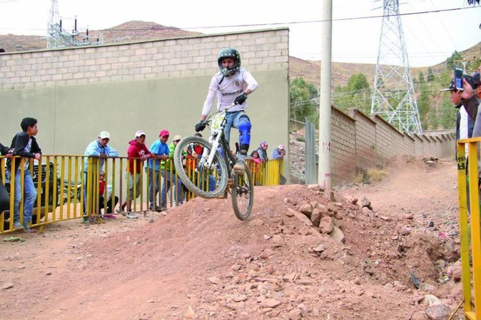 Uno de los participantes sortea el obstáculo.