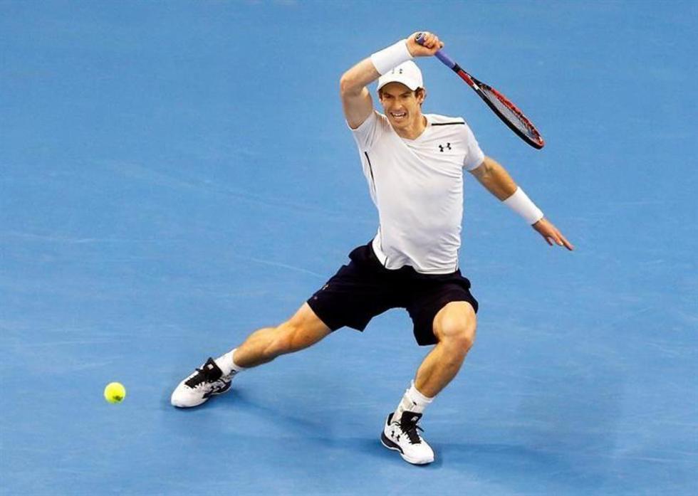 El británico Andy Murray contesta un saque.