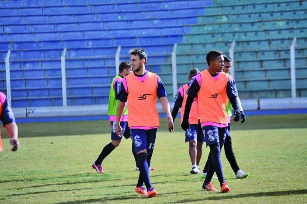 Víctor Galaín y Wilder Salazar abandonan la cancha tras el entrenamiento.