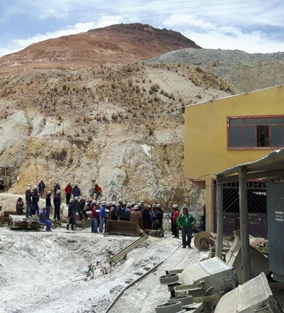 Los mineros mantienen vigilia en el yacimiento minero.