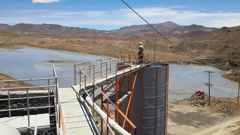 El dique de colas de San Antonio provee el agua a los ingenios asociados.