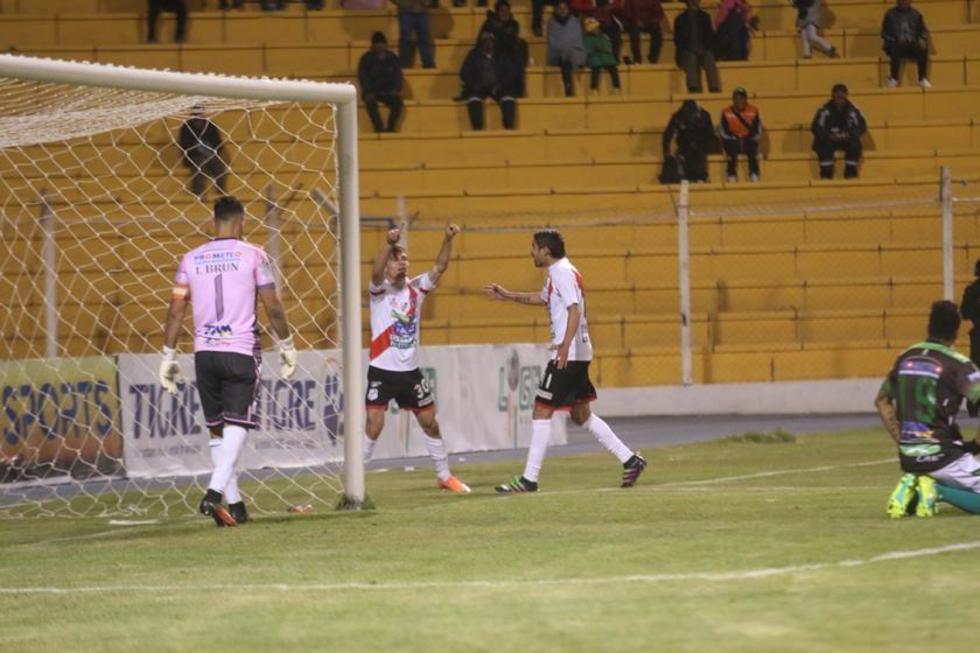 Bruno Pascua (c) celebra tras anotar su gol.