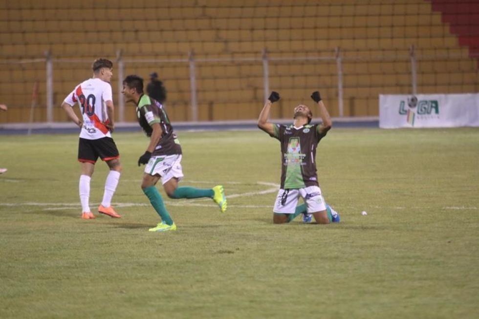 Los jugadores de Petrolero festejan ante la desazón del equipo de los altos de San Juan.