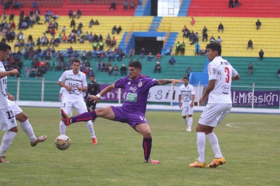 Antonio Rojano (c) trata de quedarse con el esférico.