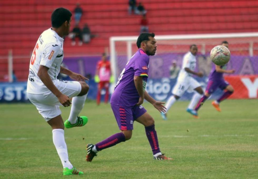 Mario Cuéllar y Alejandro Bejarano pugna por el balón.