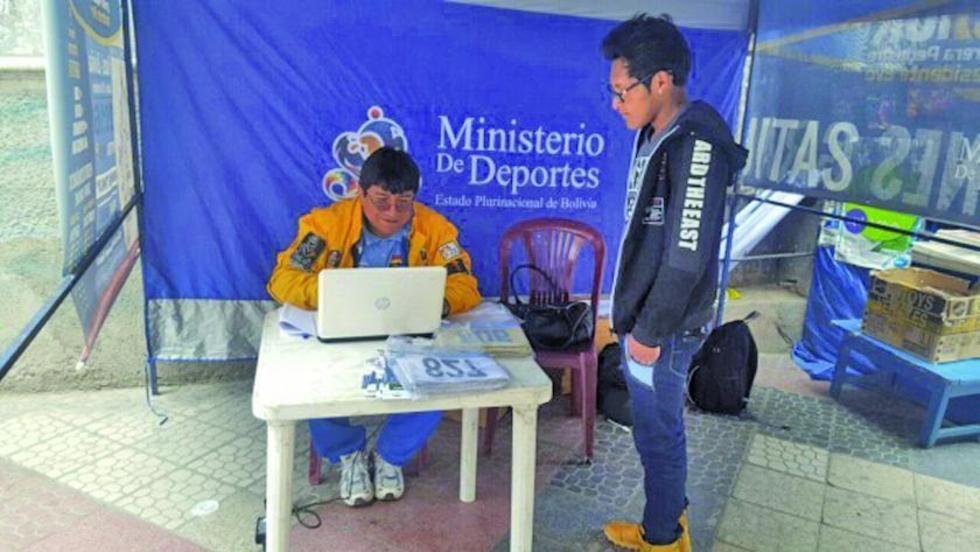 El funcionario del Ministerio registra al deportista.