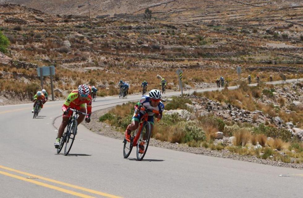 Los ciclistas en la bajada de Condoriri.