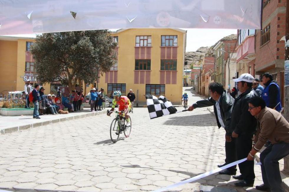 Juan Cotumba en su paso por la meta en Porco