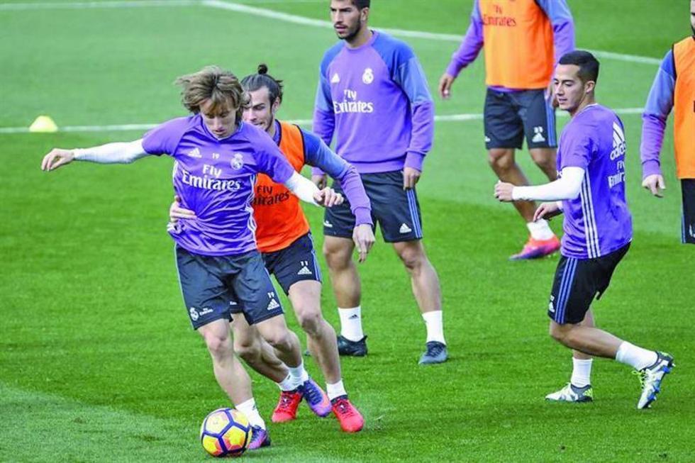 Los jugadores de Madrid Luka Modric, Gareth Bale, Cristian Cedrés y Lucas Vázquez, en plena práctica.