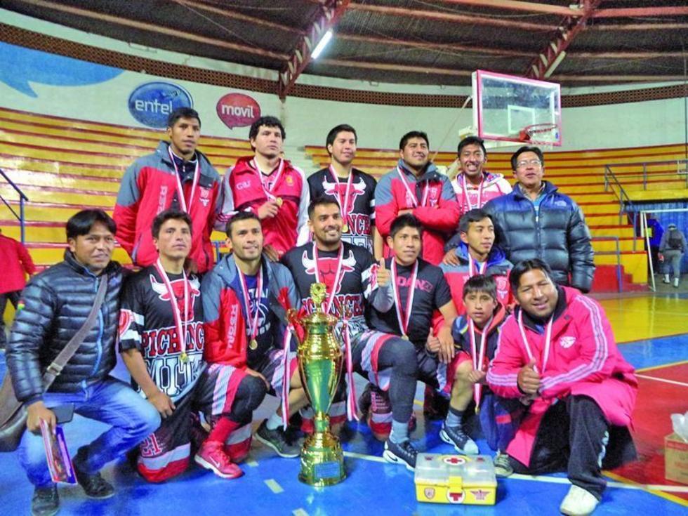 El equipo de Pichincha posa con el trofeo de campeón.