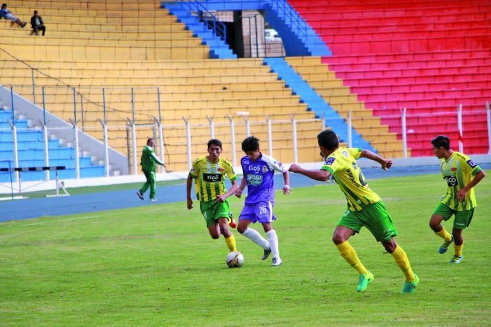 Rolando Jorge, de Real, controla el balón ante la marca de sus rivales.