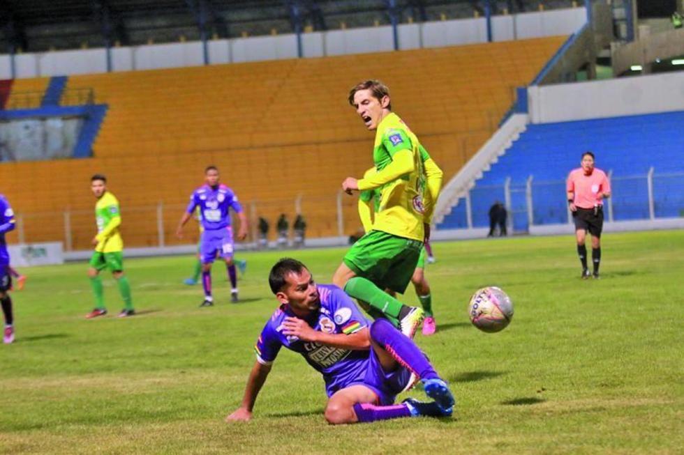 Alejandro Bejarano rescata el balón tras el ingreso de Francisco Rodríguez.