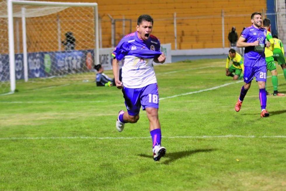 Carlos Saucedo celebra el segundo gol del encuentro.