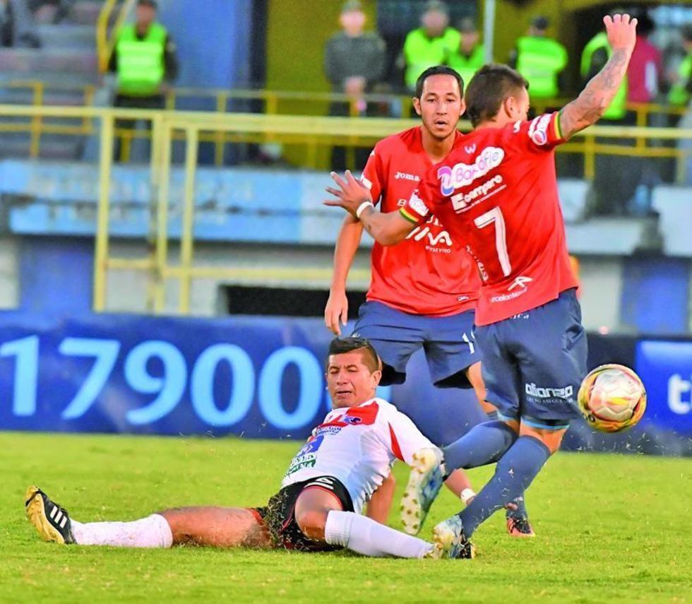 Marcelo Bergese, de Wilster, gana el control del balón a Darwin Lora, de Nacional.