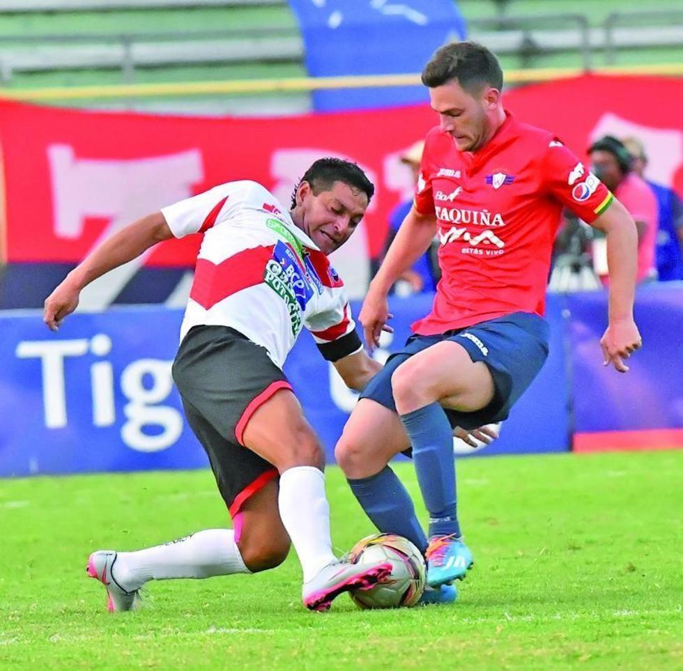 Darwin Peña, de Nacional, le quita el balón a su rival.