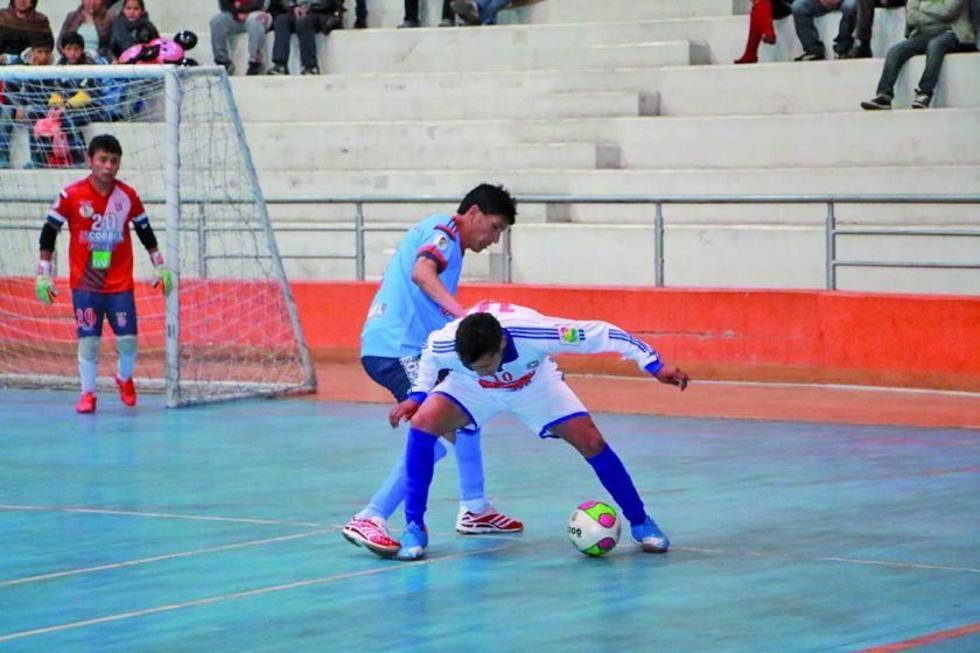 Walter Ruiz, de Concepción gana la lucha por la pelota.