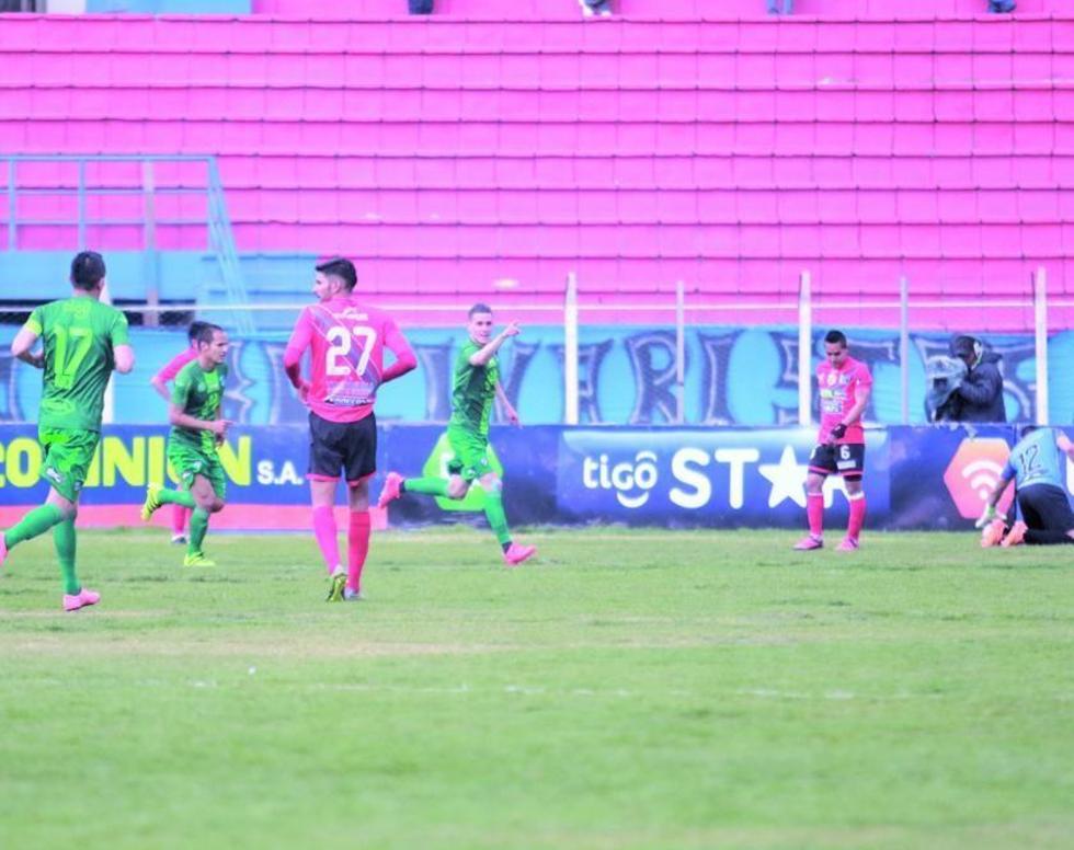 Juan Miguel Callejón (c) festeja su segundo gol del cotejo.
