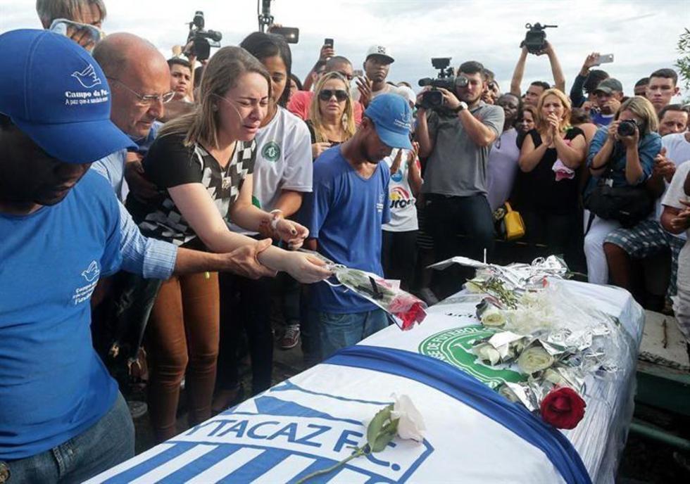 Los restos de los jugadores del equipo brasileño fueron enterrados ayer en la ciudad de Campos.