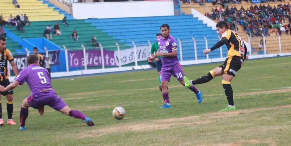 Claudio Centurión (i) bloquea el disparo de Diego Bejarano.